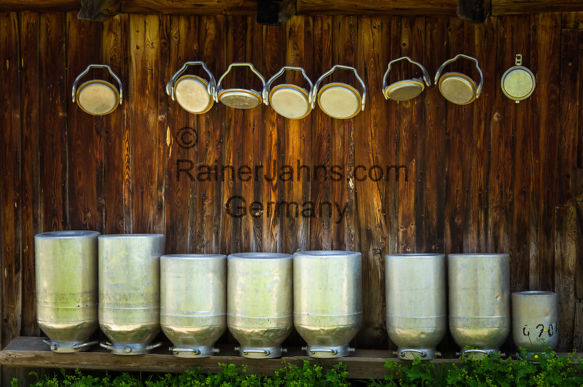 Italy, South Tyrol (Trentino - Alto Adige), near Selva di Val Gardena: milk cans at alpine pasture hut | Italien, Suedtirol (Trentino - Alto Adige), oberhalb von Wolkenstein in Groeden: Milchkannen und Almhuette