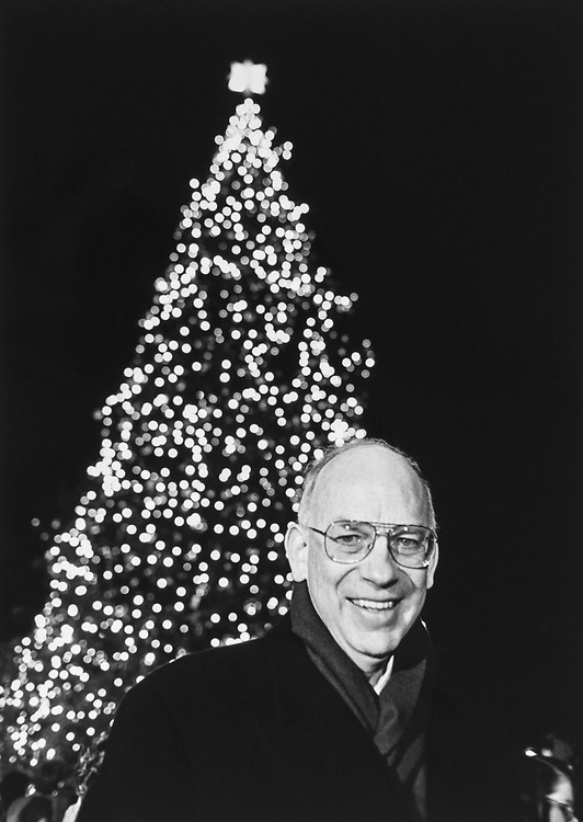 Sen. Bob Bennett, R-Utah, at Christmas tree lighting ceremony on Dec. 12, 1996. (Photo Laura Patterson/CQ Roll Call via Getty Images)
