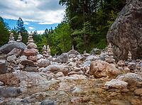 Deutschland, Bayern, Oberbayern, Berchtesgadener Land, bei Hintergern (Berchtesgaden): Steinmaennchen in der Almbachklamm   Germany, Bavaria, Upper Bavaria, Berchtesgadener Land, near Hintergern (Berchtesgaden): cairns at Almbachklamm