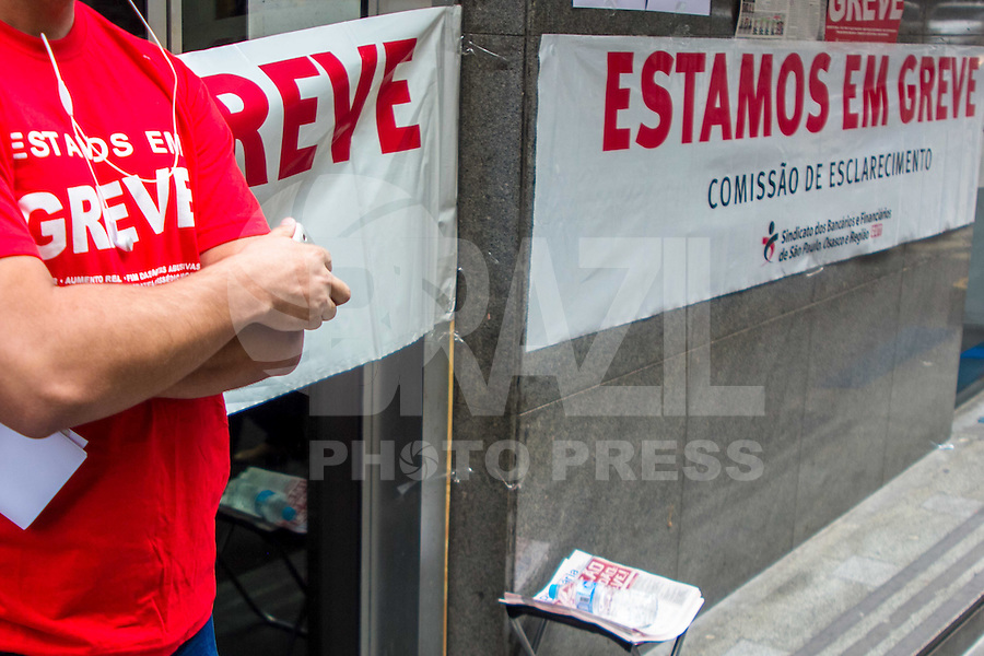 SÃO PAULO, SP, 06.10.2015- GREVE-BANCARIOS- Fachada do banco Itaú com cartazes de greve na rua Boa Vista, região central de São Paulo na manhã desta terça-feira, 6. A partir de terça 6, bancários de todo o país param por tempo indeterminado. A categoria pede reajuste salarial de 16% com piso de R$ 3.299,66, porém a Federação Nacional dos Bancos (Fenaban) apresentou uma proposta de reajuste salarial de 5,5%, com piso de R$ 1.321,26 a R$ 2.560,23. (Foto: Renato Mendes / Brazil Photo Press)