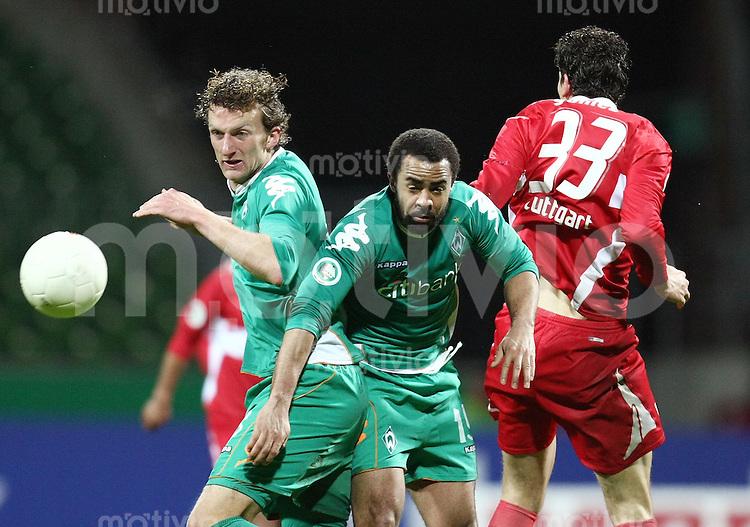 FUSSBALL   DFB POKAL   ACHTELFINALE   SAISON S007/2008 Werder Bremen II - VfB Stuttgart           30.01.2008 Dominic PEITZ (li) und Patrick OWOMOYELA (Mitte, beide Bremen gegen Mario GOMEZ (re, Stuttgart)