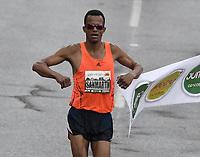 BOGOTÁ -COLOMBIA, 30-07-2017: San Martin, ganador de  la categoría de los 10Km, hombres, durante la media maratón de Bogotá 2017, mmB. Con sus tradicionales 21km, en esta ocasión el ganador en elite varones fue Feyisa Lilesa de Etiopía, con un tiempo de 1h 04m 30s, y en elite mujeres Brigid Kosgei de Kenia con un tiempo de 1h 12m 16s. / San Martin winner  in the 10Km men category during the half marathon of Bogota 2017, mmB. With its 21Km in this edition the winner was Feyisa Lilesa of Ethiopia in elite men category with a time of 1h 05m 16s, and in elite women the winner was Brigid Kosgei of Kenya with a time of 1h 12m 16s. Photo: VizzorImage/ Gabriel Aponte / Staff