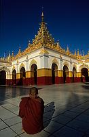 "Asie/Birmanie/Myanmar/Haute Birmanie/Mandalay: Moine et pagode ""Mahamuni"""