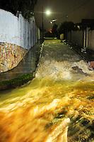 MATEUS LEME / MINAS GERAIS / BRASIL (08.01.2012) - Chuva forte causa alagamentos em ruas da cidade de Mateus Leme MG durante a madrugada deste domingo (8). Foto: Douglas Magno / News Free