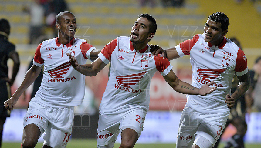 BOGOTÁ -COLOMBIA-01-02-2014. Silvio Gonzalez (C) de Independiente Santa Fe celebra un gol en contra de Fortaleza FC durante partido por la fecha de la Liga Postobón I 2014 jugado en el estadio Metropolitano de Techo en Bogotá./ Silvio Gonzalez (C) of Independiente Santa Fe celebrates a goal against Fortaleza FC during the match for the 2nd date of Postobon League I 2014 played at Metropolitano de Techo stadium in Bogota. Photo: VizzorImage / Gabriel Aponte / Staff