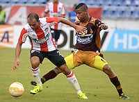BARRANQUILLA- COLOMBIA - 19-08-2015: Juan Perez  jugador del Atletico Junior  de Colombia  disputa el balon con  Wilmar Barrios del Deportes Tolima de Colombia  durante partido de vuelta por la Fase II de  Copa Sudamericana jugado en el estadio Metroplitano. /  Juan Perez player of Atletico Junior  of Colombia  fights for the ball with  Wilmar Barrios of  Deportes Tolima of Colombia during the second leg of Copa Sudamericana Phase II played in the Metroplitano stadium . Photo: VizzorImage / Alfonso Cervantes / Contribuidor