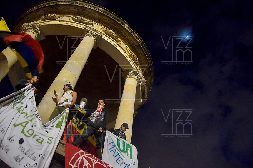 BOGOTA - COLOMBIA, 13-12-2018: Hoy se llevo acabo la ultima marcha del año, donde las universidades publicas salieron a la calle a exigir presupuesto para la educacion y como consecuencia se presentaron enfrentamientos entre los estudiantes y la policia, dejando como consecuencia, capturados, heridos y un herido de gravedad/Today it took place the last march of the year, where the public universities go to the street demanding budget for the public educaction and as cosecuense there presents confrontations between the students and the police, leaving some captured, inured and one gravity injured ; CORABASTOS, de la ciudad de Bogota. / . Photo: VizzorImage / Nicolas Aleman / Cont