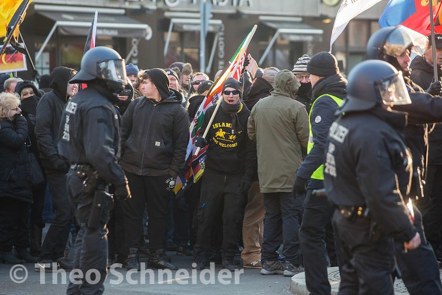 """Rund 300 Rechte, darunter Neonazis und AfD-Anhänger, versammelten sich unter dem Motto """"Nein zur GroKo"""" in Berlin."""
