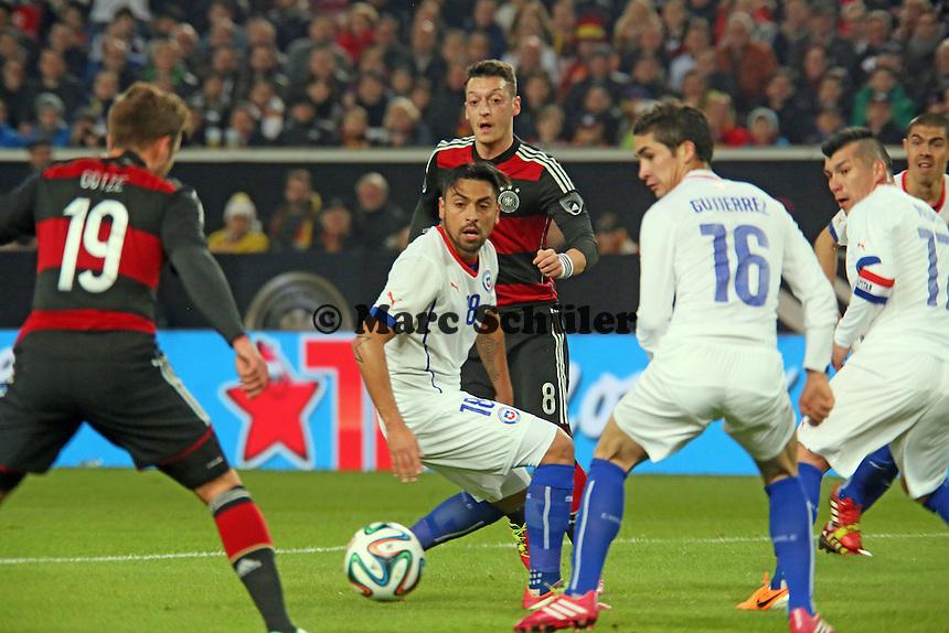 Pass von Mesut Özil auf Mario Götze (D) gegen Gonzalo Jara (CHL) bereitet das 1:0 vor - Deutschland vs. Chile, Mercedes-Benz Arena Stuttgart