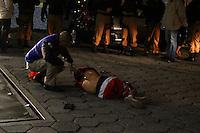 CURITIBA, PR, 03.06.2014 -TENTATIVA DE ASSALTO / CURITIBA - Dois homens tentam assaltar um ônibus da linha Jardim Centauro na Av da Torres, em Curiitba, na noite desta terça-feira (3)e durante a troca  de tiros com a Policia Militar uns dos assaltantes acaba morto.(Foto: Paulo Lisboa / Brazil Photo Press)