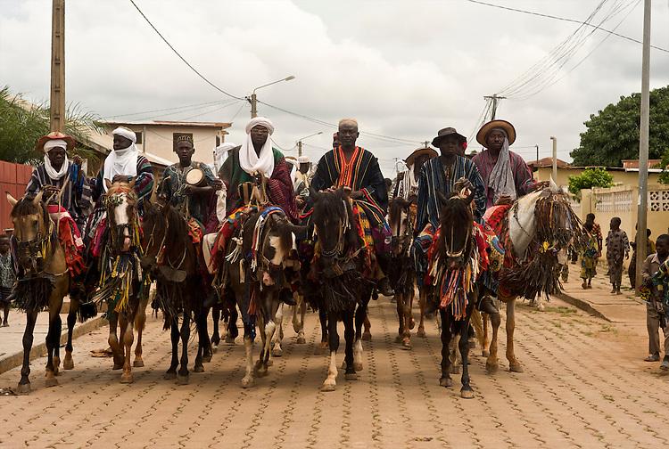 The horsemen of Djougou on their way to the fianc&eacute;e's village. <br />  <br /> Les cavaliers de Djougou en route pour le village de la fianc&eacute;e.