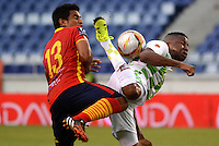 BARRANQUILLA- COLOMBIA -01 -08-2015: Jose Amaya (Der.) jugador de Uniautonoma disputa el balón con William Zapata (Izq.) jugador de Boyaca Chico FC, durante partido entre Uniautonoma y Boyaca Chico FC, por la fecha 4 de la Liga Aguila II-2015, jugado en el estadio Metropolitano Roberto Melendez de la ciudad de Barranquilla. / Jose Amaya (R) player of Uniautonoma vies for the ball with William Zapata (L) player of Boyaca Chico FC, during a match between Uniautonoma and Boyaca Chico FC,, for the date 4 of the Liga Aguila II-2015 at the Metropolitano Roberto Melendez Stadium in Barranquilla city, Photo: VizzorImage  / Alfonso Cervantes / Cont.