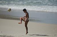 RIO DE JANEIRO, RJ, 18.04.2014 - CLIMA TEMPO / RIO DE JANEIRO -  Movimentacao de banhistas na pra da Joatinga regiao oeste do Rio de Janeiro, neste sabado, 18. Grande quantidade de lixo pode ser observador na praia. (Foto: Tércio Teixeira / Brazil Photo Press).