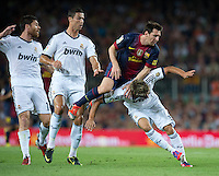 FUSSBALL  INTERNATIONAL  PRIMERA DIVISION  SAISON 2011/2012   23.08.2012 El Clasico  Super Cup 2012 FC Barcelona - Real Madrid  Lionel Messi (Mitte, Barca) wird von Fabio Coentrao (re, Real Madrid) und Cristiano Ronaldo (2.v.li, Real Madrid) geblockt