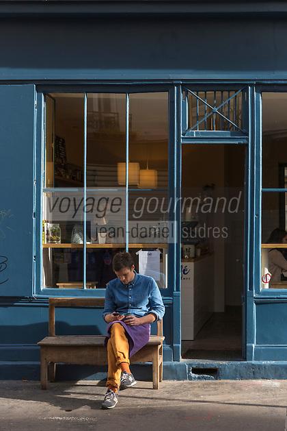 Europe, France, Ile de France, 75011, Paris: Rue Neuve Popincourt, facade bar