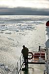 notre bateau fait route vers Nordaustlandet (la terre du Nord-est) en traversant une zone de pack baie Wahlenberg (79° 41' N, 20°41' E)