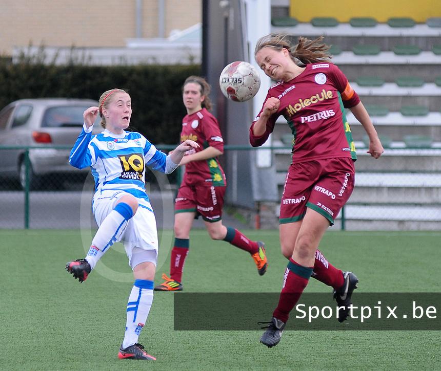 Dames Zulte-Waregem - PEC Zwolle : Eva Van Daele met de kopbal voor Nathalja Nijman (links).foto DIRK VUYLSTEKE / Vrouwenteam.be