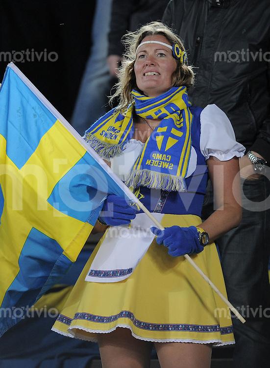 FUSSBALL INTERNATIONAL  EM 2012-Qualifikation  Gruppe E  07.10.2011 Finnland - Schweden Weiblicher Schweden Fan mit Fahne