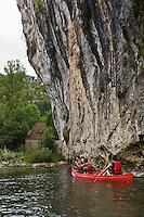 Europe/France/Midi-Pyrénées/46/Lot/Orniac: Descente en Canoé  de la Vallée du Célé  au Liauzu avec au fond le moulin du Liauzu