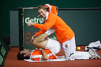 7-2-06, Netherlands, Amsterdam, Daviscup, first round, Netherlands-Russia, training, Fysiotherapist Jurgen Roorink stretching Raemon Sluiter in the warming up