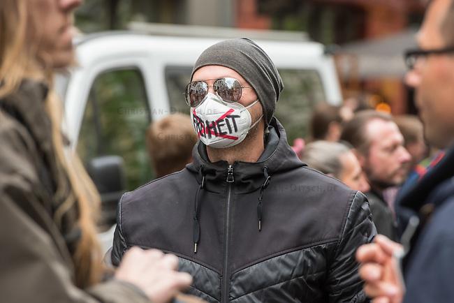 """Auf und rund um den Rosa-Luxemburg-Platz in Berlin-Mitte haben am Samstag den 25. April 2020 mehrere hundert Menschen gegen die Einschraenkungen im Zuge der Massnahmen zur Eindaeemung der Covid-19-Pandemie protestiert. Rechtsextremisten, Hooligans, Antisemiten, Verschwoerungstheoretiker und AfD-Politiker hatten zu einer sogenannten """"Hygiene-Demo"""" versammelt. Vereinzelt protestierten Menschen am Rande gegen diese Demonstration.<br /> Die Polizei war mit mehreren hundert Beamten im Einsatz und nahm mehr als 100 Personen fest.<br /> Im Bild: EIn Demonstrant traegt eine Mund-Nase-Schutzmaske, auf der er das Wort """"Freiheit"""" durchgestrichen hat.<br /> 25.4.2020, Berlin<br /> Copyright: Christian-Ditsch.de<br /> [NUR FUER REDAKTIONELLE ZWECKE! Werbung nur auf Anfrage beim Fotografen. Inhaltsveraendernde Manipulation des Fotos nur nach ausdruecklicher Genehmigung des Fotografen. Vereinbarungen ueber Abtretung von Persoenlichkeitsrechten/Model Release der abgebildeten Person/Personen liegen nicht vor. NO MODEL RELEASE! Don't publish without copyright Christian-Ditsch.de, Veroeffentlichung nur mit Fotografennennung, sowie gegen Honorar, MwSt. und Beleg. Konto: I N G - D i B a, IBAN DE58500105175400192269, BIC INGDDEFFXXX, Kontakt: post@christian-ditsch.de<br /> Bei der Bearbeitung der Dateiinformationen darf die Urheberkennzeichnung in den EXIF- und  IPTC-Daten nicht entfernt werden, diese sind in digitalen Medien nach §95c UrhG rechtlich geschuetzt. Der Urhebervermerk wird gemaess §13 UrhG verlangt.]"""