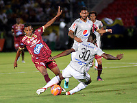 IBAGUE - COLOMBIA -  07-02-2017: Sebastian Villa (Izq.) jugador de Deportes Tolima disputa el balón con Jarol Martinez (Der.) jugador de America, durante partido por la fecha 2 de la Liga Aguila I 2017 entre Deportes Tolima y America de Cali, jugado en el estadio Manuel Murillo Toro de la ciudad de Ibague. / Sebastian Villa (L) player of  Deportes Tolima vies for the ball with Jarol Martinez (R) player of America, during a match for the date 2 of the Aguila League I 2017, between Deportes Tolima and America de Cali, played at Manuel Murillo Toro stadium in Ibague city. Photo: VizzorImage / Juan Carlos Escobar / Cont.
