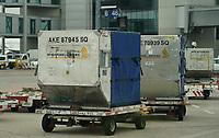 Gepäck-Container warten an Gate B46 auf den A380 von Singapore Airlines aus New York und weiter nach Singapur - Frankfurt 23.10.2019: Schüler machen Zeitung bei Singapore Airlines