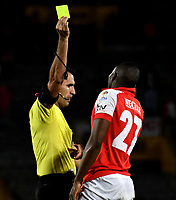 BOGOTÁ-COLOMBIA, 20-10-2019: Carlos Betancur, árbitro muestra tarjeta amarilla a Maicol Balanta de Independiente Santa Fe, durante partido de la fecha 18 entre Independiente Santa Fe y Unión Magdalena, por la Liga Águila II 2019, jugado en el estadio Nemesio Camacho El Campín de la ciudad de Bogotá. / Carlos Betancur, referee shows yellow card to Maicol Balanta of Independiente Santa Fe, during a match of the 18th date between Independiente Santa Fe and Union Magdalena, for the Aguila Leguaje II 2019 played at the Nemesio Camacho El Campin Stadium in Bogota city, Photo: VizzorImage / Luis Ramírez / Staff.