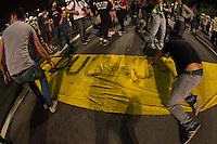 SÃO PAULO, SP - 21.10.2013 - MANIFESTAÇÃO PELA EDUCAÇÃO -SP - Manifestantes ocupam a pista sentido consolação da Av Paulista, a manifestação teve início no vão do Masp na Av Paulista, região central de São Paulo, nesta segunda-feira (21). (Foto: Marcelo Brammer/Brazil Photo Press)