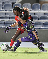 CALI - COLOMBIA, 30-08-2019: Linda Caicedo del América disputa el balón con Luz Katherine Tapia arquera de Nacional durante partido por los cuartos de final vuelta de la Liga Femenina Aguila 2019 entre América de Cali y Atlético Nacional jugado en el estadio Pascual Guerrero de la ciudad de Cali. / Linda Caicedo of America struggles the ball with Luz Katherine Tapia goalkeeper of Nacional during second leg match for the quaterfinals as part of Aguila Women League 2019 between America de Cali and Atletico Nacional played at Pascual Guerrero stadium in Cali. Photo: VizzorImage / Gabriel Aponte / Staff
