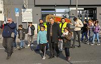 Demonstration der Anwohner und Sympathisanten vom Bahnhof Kelsterbach zum Rathaus für den Erhalt des Kiosk von Mehmet Karaüzüm (M), Raimondo Cademas am Megaphon - 21.02.2019: Demonstration für den Erhalt des Kiosk an der Niederhölle in Kelsterbach