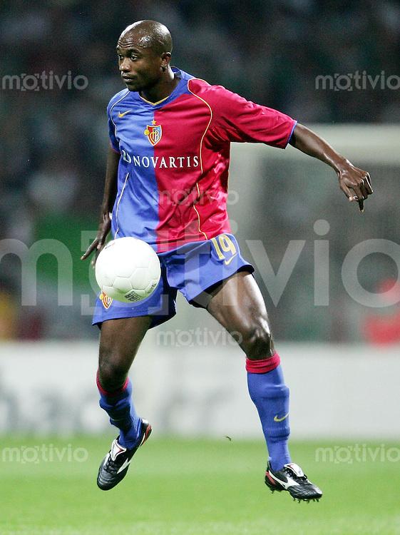 Fussball  Champions League  Saison 2005/2006    KLEBER (FC Basel), Einzelaktion am Ball