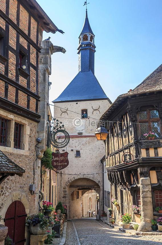 France, Saône-et-Loire (71), Bourbon-Lancy, dans le Vieux Quartier, le beffroi et son beurdin, à droite la Maison de Bois // France, Saone et Loire, Bourbon Lancy, in the Old Quarter, the belfry and beurdin
