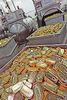 Europe/France/Bretagne/29/Finistère/Plovezet: Conserverie de Sardines Capitaine Cook / Sardines Label Rouge - A la sortie du Stérilisateur