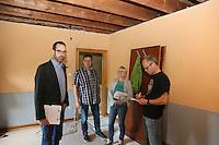 Baustadtrat Nils Kraft (l.), Clemens Swidurski (Fachbereich Gebäudewirtschaft), Architektin Adrienne Mittelstädt bei der Begehung des Geäudes