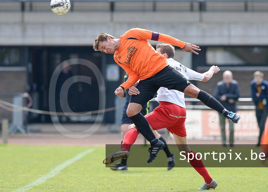 FC Meulebeke - VV Westkapelle : Senne Decloedt wint het kopduel <br /> foto VDB / BART VANDENBROUCKE