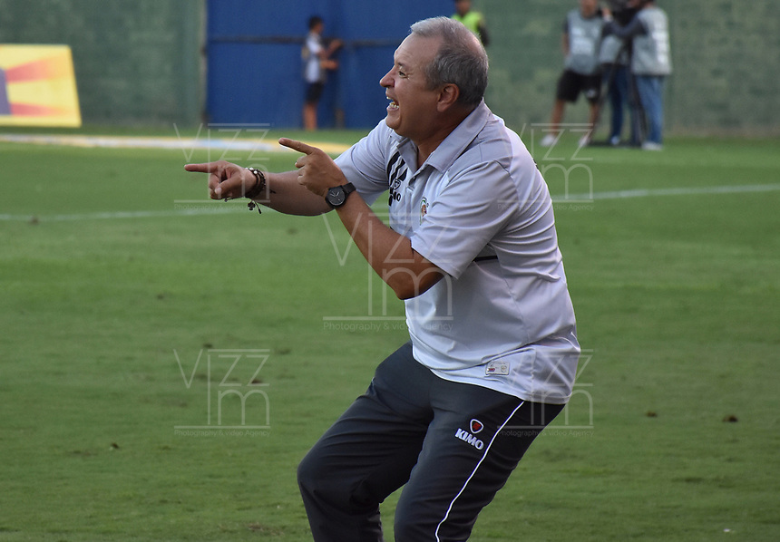 MONTERIA - COLOMBIA, 07-04-2019: Oscar Upegui técnico de Jaguares gesticula durante el partido por la fecha 14 de la Liga Águila I 2019 entre Jaguares de Córdoba F.C. y Rionegro Águilas jugado en el estadio Jaraguay de la ciudad de Montería. / Oscar Upegui coach of Jaguares gestures during match for the date 14 as part Aguila League I 2019 between Jaguares de Cordoba F.C. and Rionegro Aguilas played at Jaraguay stadium in Monteria city. Photo: VizzorImage / Andres Felipe Lopez / Cont