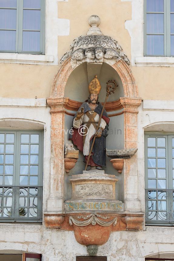 France, Yonne (89), Auxerre, la place Saint-Nicolas et Saint Nicolas sur une maison, patron des mariniers // France, Yonne, Auxerre, the St Nicolas place