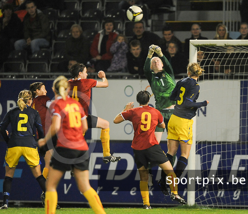 Belgium - Sweden : .Hedvig Lindahl (GK) bokst de bal weg.foto DAVID CATRY / Vrouwenteam.be