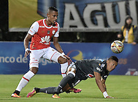 BOGOTÁ -COLOMBIA, 28-08-2016. William Tesillo (Izq.) jugador de Santa Fe disputa el balón con Ayron del Valle (Der.) jugador de Millonarios durante partido entre Independiente Santa Fe y Millonarios por la fecha 10 de la Liga Aguila II 2016 jugado en el estadio Metropolitano de Techo de la ciudad de Bogota.  / William Tesillo (L) player of Santa Fe struggles for the ball with Ayron del Valle (R) player of Millonarios during match between Independiente Santa Fe and Cortulua for the date 10 of the Liga Aguila II 2016 played at the Metropolitano de Techo Stadium in Bogota city. Photo: VizzorImage/ Gabriel Aponte / Staff