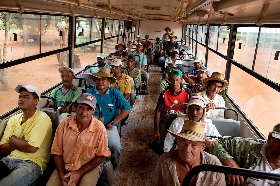 Bresil, ferme de cafe Campestre, 13 fevrier 2013<br /> Les travailleurs saisonniers et permanents rentrent de leur journee de travail dans les champs de cafe, dans un bus dedie.<br /> Reportage les Chants de cafe_soul of coffee, realise sur les acteurs terrain du programme de developpement durable Triple AAA de Nespresso.<br /> <br /> Brazil, Campestre Coffee Farm, February 13, 2013<br /> On a designated bus, both permanent and seasonal workers return from a long day&rsquo;s work in the coffee fields. <br /> Assignment: les Chants de cafe_ Soul of Coffee, implemented on the fields of Nespresso&rsquo;s sustainable development program Triple AAA.