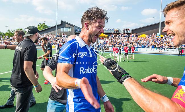 UTRECHT -  Robbert Kemperman (Kampong) met rechts Sander de Wijn (Kampong)  na  de finale van de play-offs om de landtitel tussen de heren van Kampong en Amsterdam (3-1).   COPYRIGHT KOEN SUYK