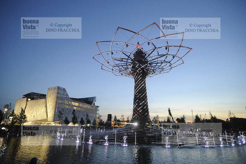 - Milano, Esposizione Mondiale Expo 2015, padiglione italiano &quot;Palazzo Italia&quot; e Albero della Vita, simbolo dell'Expo<br />