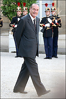 LE PRESIDENT JACQUES CHIRAC DANS LA COUR DE L' ELYSEE. #
