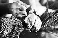Mãos habilidosas para trabalho produzido por Índios Werekena no alto rio Xié, com fibras de piaçaba(Leopoldínia píassaba Wall). A fibra , um dos principais produtos geradores de renda na região é coletada de forma rudimentar. Até hoje é utilizada na fabricação de cordas para embarcações, chapéus, artesanato e principalmente vassouras, que são vendidas em várias regiões do país.<br />Alto rio Xié, fronteira do Brasil com a Colombia a cerca de 1.000Km oeste de Manaus.<br />06/06/2002.<br />Foto: Paulo Santos/Interfoto Expedição Werekena do Xié<br /> <br /> Os índios Baré e Werekena (ou Warekena) vivem principalmente ao longo do Rio Xié e alto curso do Rio Negro, para onde grande parte deles migrou compulsoriamente em razão do contato com os não-índios, cuja história foi marcada pela violência e a exploração do trabalho extrativista. Oriundos da família lingüística aruak, hoje falam uma língua franca, o nheengatu, difundida pelos carmelitas no período colonial. Integram a área cultural conhecida como Noroeste Amazônico. (ISA)