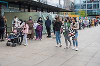 Menschen stehen vor der Filiale der Billigkleiderkette Primark am Alexanderplatz in Berlin-Mitte Schlange, um nach Lockerung der Corona-Einschraenkungen einzukaufen.<br /> 16.5.2020, Berlin<br /> Copyright: Christian-Ditsch.de<br /> [NUR FUER REDAKTIONELLE ZWECKE! Werbung nur auf Anfrage beim Fotografen. Inhaltsveraendernde Manipulation des Fotos nur nach ausdruecklicher Genehmigung des Fotografen. Vereinbarungen ueber Abtretung von Persoenlichkeitsrechten/Model Release der abgebildeten Person/Personen liegen nicht vor. NO MODEL RELEASE! Don't publish without copyright Christian-Ditsch.de, Veroeffentlichung nur mit Fotografennennung, sowie gegen Honorar, MwSt. und Beleg. Konto: I N G - D i B a, IBAN DE58500105175400192269, BIC INGDDEFFXXX, Kontakt: post@christian-ditsch.de<br /> Bei der Bearbeitung der Dateiinformationen darf die Urheberkennzeichnung in den EXIF- und  IPTC-Daten nicht entfernt werden, diese sind in digitalen Medien nach §95c UrhG rechtlich geschuetzt. Der Urhebervermerk wird gemaess §13 UrhG verlangt.]
