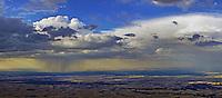 Abendhimmel ueber der Ebene bei Segovia: EUROPA,  SPANIEN, KASTILIEN LEON, SEGOVIA, 20.07.2015 Abendhimmel noerdlich der Sierra de Guaderama, Regenschauer und Ueberentwicklung