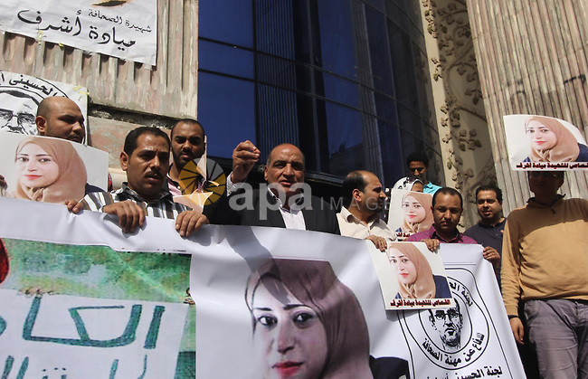 Egyptian Journalists hold pictures of thier fellow Mayada Ashraf, who was killed by Egyptian police, in front of the Journalists Syndicate, in Cairo on April 29, 2015. Photo by Amr Sayed