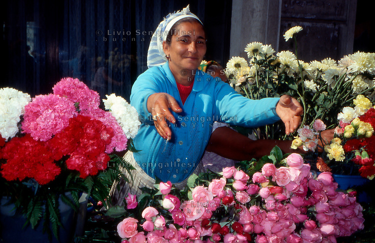 Bucarest / Romania 1990.Una fioraia di etnia rom nel centro di Bucarest..Foto Livio Senigalliesi..Bucarest / Romania 1990.A Roma woman sells flowers in the center of Bucharest..Photo Livio Senigalliesi.