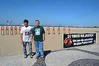 RIO DE JANEIRO, RJ, 10 AGOSTO 2012 - PROTESTO 21 TIROS NA JUSTICA - Adriano, irmao da Engenheira Patricia Amieiro e Santiago pai de Gabriela ambas assassinadas participam do protesto realizado pela ONG Rio da Paz fixando 21 fotografias de bala de revólver, lembrando os 21 tiros desferidos contra a juíza Patrícia Acioli.(FOTO: MARCELO FONSECA / BRAZIL PHOTO PRESS).